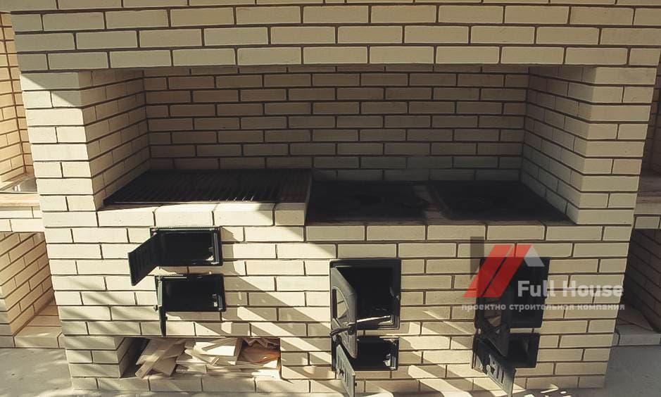 Зона барбекю в кирпичной беседке. Фото беседок в Новосибрске